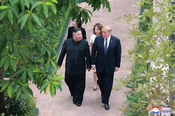 US President Donald Trump (R) and DPRK leader Kim Jong-un take a stroll at the Sofitel Legend Metropole Hanoi hotel during their summit on February 28 (Photo: Yonhap/VNA)