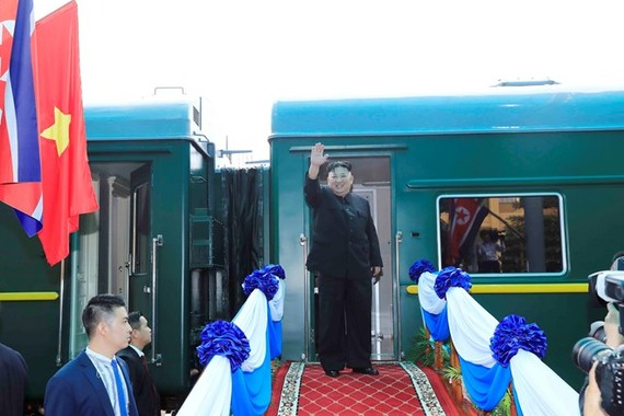 Leader of the Democratic People's Republic of Korea Kim Jong-un bids farewell to Vietnamese officials and people at Dong Dang station (Source: VNA)