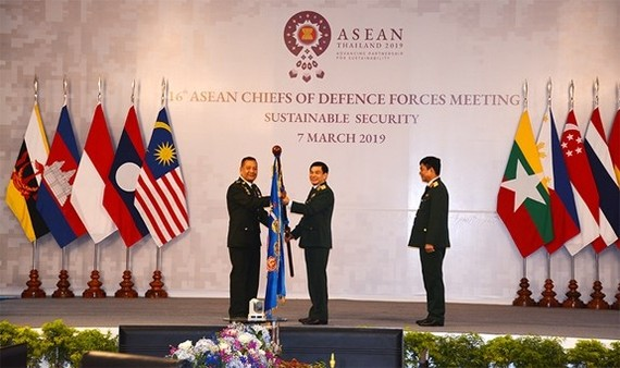 Host Thailand hands over the flag of the ACDFM Chair to Vietnam, which will hold the ASEAN Chair in 2020 (Photo: qdnd.vn)