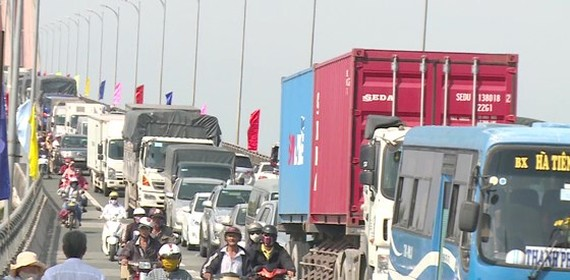 Traffic jam repeatedly occurs in Rach Mieu bridge in holidays (Photo: SGGP)