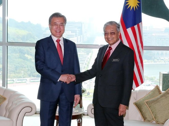 Korean President Moon Jae-in (L) and Malaysian Prime Minister Mahathir Mohamad at their meeting in Kuala Lumpur on March 13 (Photo: Yonhap/VNA)