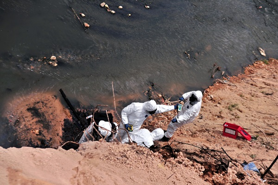 Experts clean up the river (Photo: bernama.com)