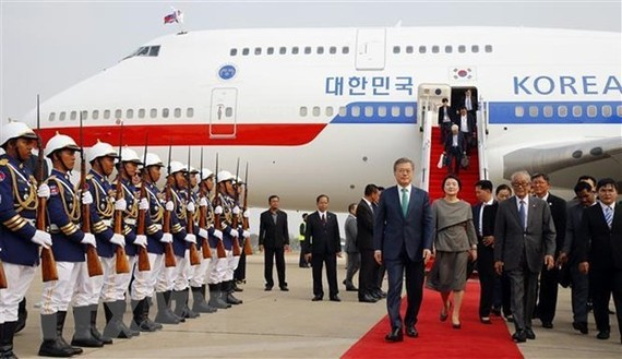 RoK President Moon Jae-in (L) and his spouse in Cambodia on March 14 (Source: Yonhap)