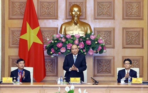 Prime Minister Nguyen Xuan Phuc (standing) speaks at the working session with the Ho Chi Minh Communist Youth Union Central Committee (Photo: VNA)