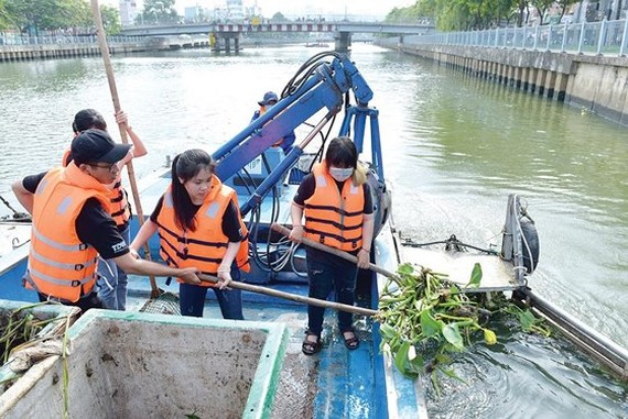 Activists collect garbage in Nhieu Loc-Thi Nghe canal, HCMC (Photo: SGGP)