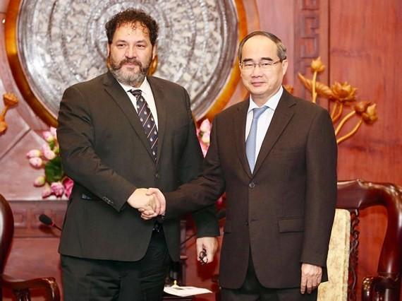 HCMC Party Chief Nguyen Thien Nhan (R) receives Mr. Carel Richter, Dutch Consul General to HCMC (Photo: SGGP)