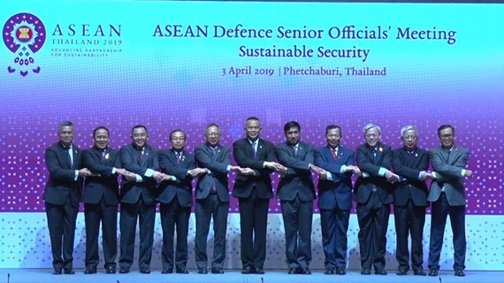 Vietnamese Deputy Minister of Defence Nguyen Chi Vinh (second, right) and other officials pose for a photo at the ASEAN Defence Senior Officials' Meeting in Phetchaburi province, Thailand, on April 3 (Photo: VNA)
