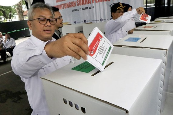 General Elections Commission (KPU) chairman Arief Budiman casts a ballot during a mock voting day at the KPU compound in Jakarta on April 9 (Photo: Jakarta Post)