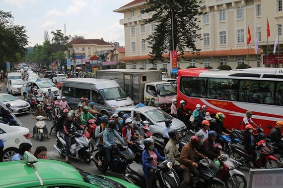 Holiday vehicles crowd streets in Da Lat city