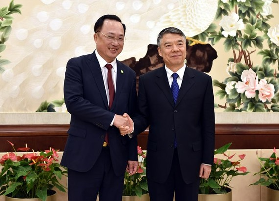 Deputy Minister of Public Security Nguyen Van Thanh (L) and his Chinese counterpart Liu Zhao (Photo: VNA)