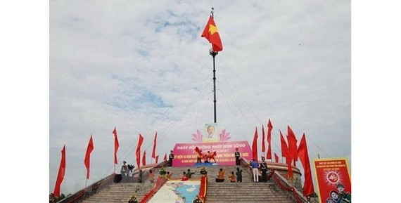 A flag-raising ceremony was held at the Hien Luong-Ben Hai historical relic site in Vinh Linh district, the central province of Quang Tri, on April 30 to mark the 44th anniversary of the Liberation of South Vietnam and National Reunification Day (April 30