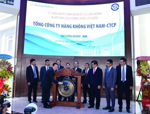 Nguyen Hoang Anh, Chairman of the Committee for Management of State Capital at Enterprises, rings the gong to open the first trading session for HVN shares on the Ho Chi Minh Stock Exchange (Photo: Vietnam Airlines)