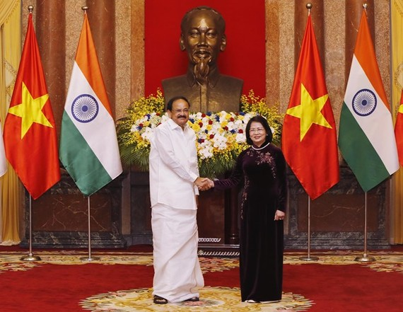Vice President Dang Thi Ngoc Thinh (R) shakes hands with Vice President of India Venkaiah Naidu (Photo: VNA)