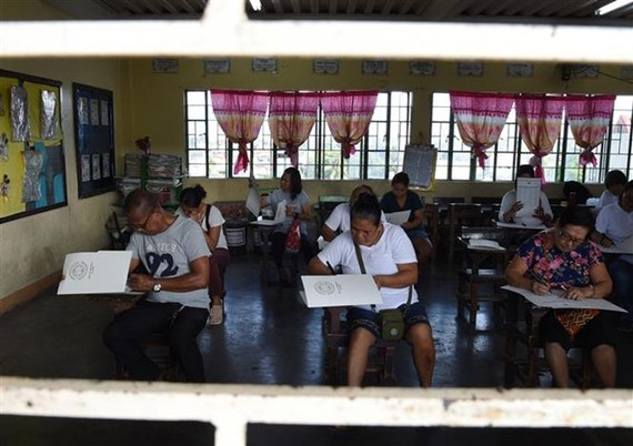 Philippine citizens cast their ballots at a polling station in Manila (Source: AFP/VNA)
