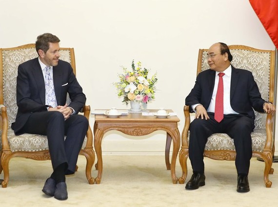 Prime Minister Nguyen Xuan Phuc (R) receives President of the Austrian Federal Economic Chamber Harald Mahrer in Hanoi on May 14 (Photo: VNA)