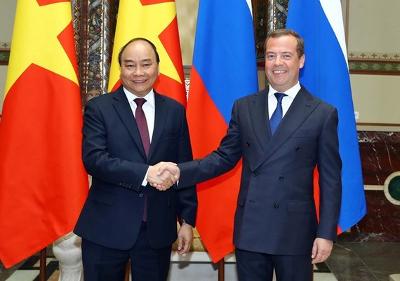 Russian Prime Minister Dmitry Medvedev (R) welcomes his Vietnamese counterpart Nguyen Xuan Phuc in Moscow on May 22 (Photo: VNA)