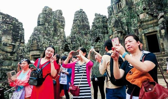 Chinese tourists at a famous tourism site in Cambodia (Source: dulich.tuoitre.vn)