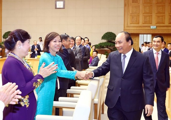 Prime Minister Nguyen Xuan Phuc (R) greets representatives from the Vietnam Private Business Association at the event in Hanoi on June 17 (Photo: VNA)