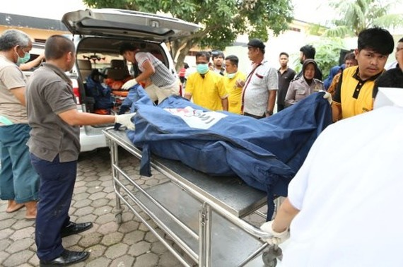 Bodies of the victims were transported to the hospital (Photo: Reuters)