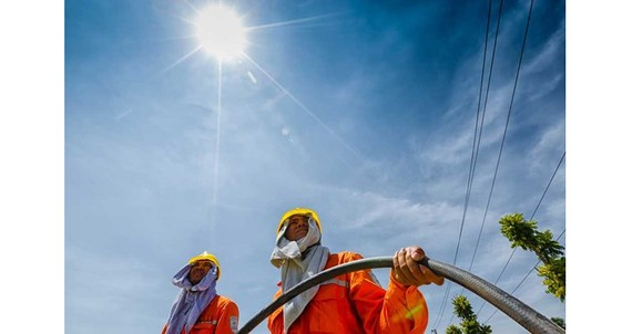 Electric workers under the scorching heat (Photo: EVN)