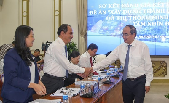 Secretary Nguyen Thien Nhan meets delegates at the conference (Photo: SGGP)