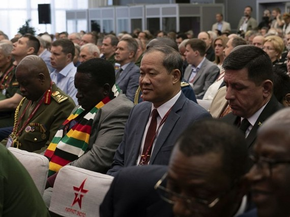 Deputy Minister of Defence Sen. Lieut. Gen. Be Xuan Truong (second from right) at the Army-2019 plenary session (Photo: VNA)