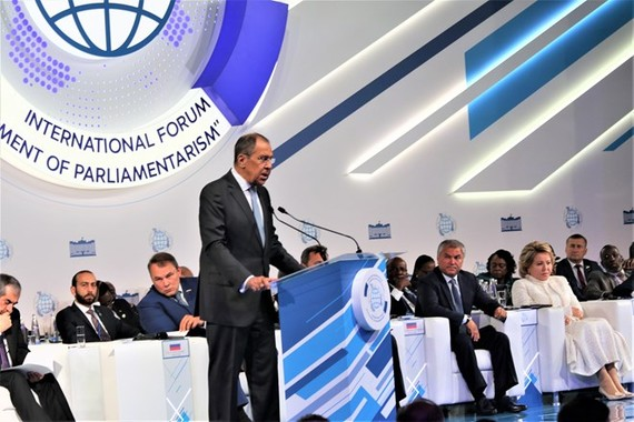 "Russian Foreign Minister Sergei Lavrov addresses the second international forum on the ""Development of Parliamentarism"" in Moscow on July 1 (Photo: VNA)"