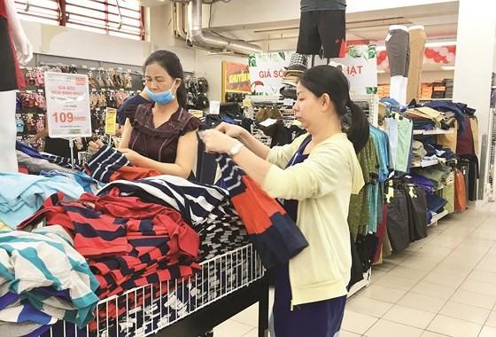 Customers choose Vietnamese clothes at a BigC supermarket in Go Vap District, HCMC (Photo: SGGP)