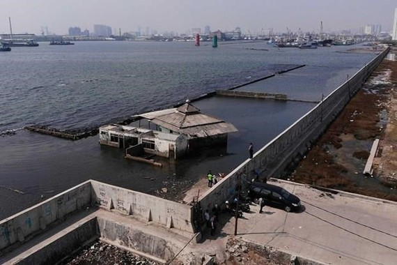 A giant sea wall in Jakarta to prevent sea water from flowing into land and causing floods (Photo: AP)
