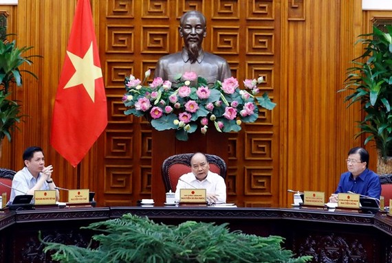 Prime Minister Nguyen Xuan Phuc (C) chairs the meeting of permanent Cabinet members (Photo: VNA)