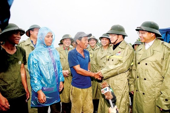 Deputy Prime Minister Trinh Dinh Dung (2nd, R) visits people in the fishing village in Ha Phong ward, Ha Long city, Quang Ninh province on August 2 (Photo: VNA)