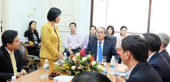Vietnamese Ambassador to Singapore Tao Thi Thanh Huong receives the high-ranking delegation from HCMC (Photo: SGGP)