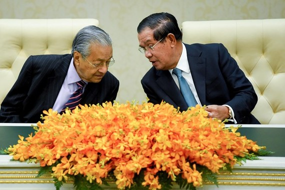 Cambodian Prime Minister Samdech Techo Hun Sen (R) and his visiting Malaysian counterpart Mahathir Mohamad (Photo: AFP)