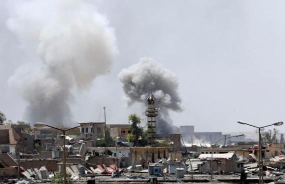 Các cột khói từ các vị trí của IS ở thành cổ Mosul bị lực lượng Iraq nã pháo. Ảnh: REUTERS
