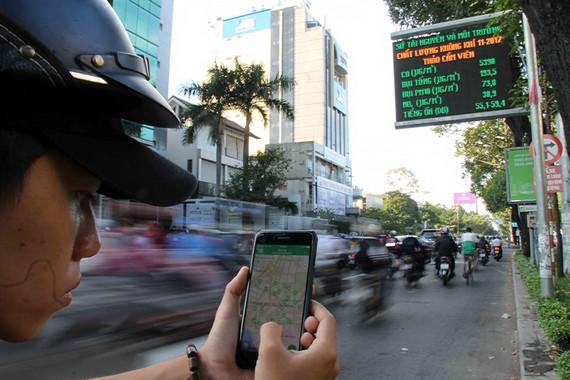 Tại TPHCM, người dân có thể sử dụng nhiều ứng dụng công nghệ tiện ích do cơ quan nhà nước cung cấp (trong ảnh: Người dân sử dụng phần mềm busmap). Ảnh: DŨNG PHƯƠNG