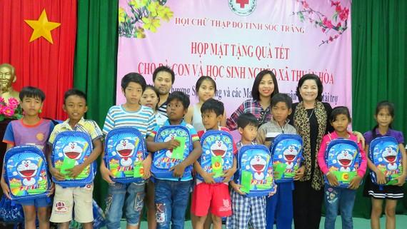 Bà con đồng hương Sóc Trăng tại TPHCM trao học bổng, quà tặng học sinh nghèo hiếu học tại quê hương