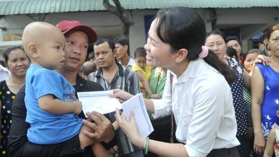 Đại diện Báo Sài Gòn Giải Phóng tặng quà tết cho bệnh nhi đang điều trị tại Bệnh viện Ung bướu TPHCM. Ảnh: CAO THĂNG