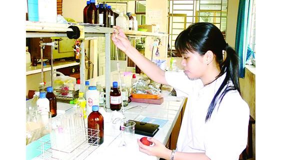 Sinh viên Trường Đại học Khoa học Tự nhiên (Đại học Quốc gia TPHCM) trong giờ thực hành Ảnh: THANH HÙNG