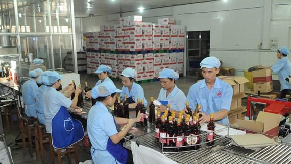 Sản xuất nước mắm cung ứng bình ổn thị trường tại Công ty nước mắm Liên Thành    Ảnh: CAO THĂNG