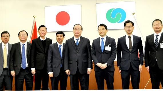 Bí thư Thành ủy TPHCM  Nguyễn Thiện Nhân cùng đoàn đại biểu cấp cao TPHCM chụp hình lưu niệm với chính quyền TP Tsukuba (tỉnh Ibaraki, Nhật Bản) vào tháng 3-2018. Ảnh:  KIỀU PHONG