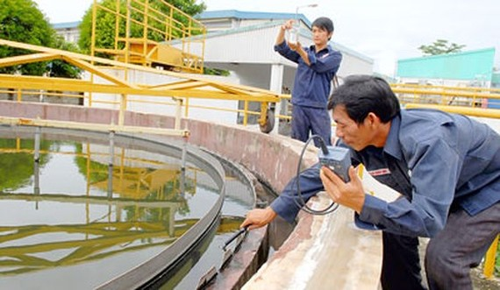 Một góc hồ xử lý nước thải tại một doanh nghiệp sản xuất xanh ở huyện Củ Chi. Ảnh: PHẠM KIM NGÂN