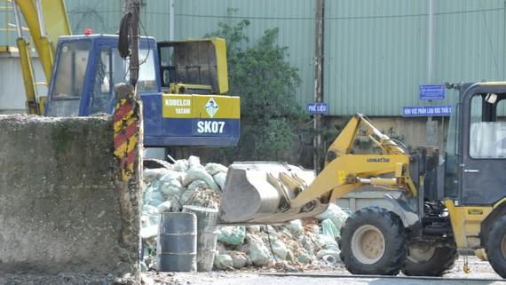 Khu xử lý rác vật liệu xây dựng tại đường Lê Đại Hành                             Ảnh: THÀNH TRÍ