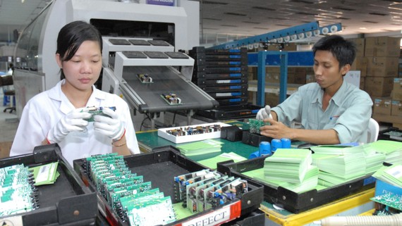 Sản xuất linh kiện điện tử tại một doanh nghiệp trong nước.  Ảnh: THÀNH TRÍ