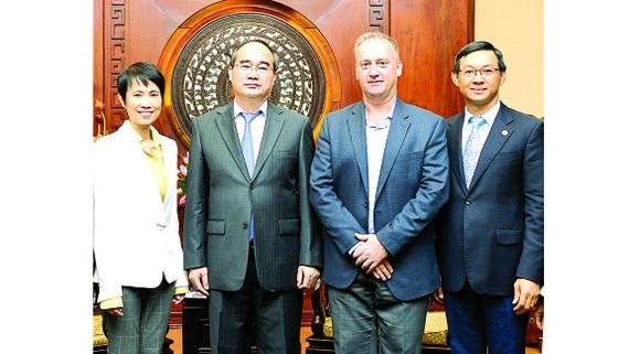Bí thư Thành ủy TPHCM Nguyễn Thiện Nhân tiếp  bà Lee Soo Hooi, Tổng Giám đốc Công ty TNHH Intel Products Việt Nam. Ảnh: Việt Dũng