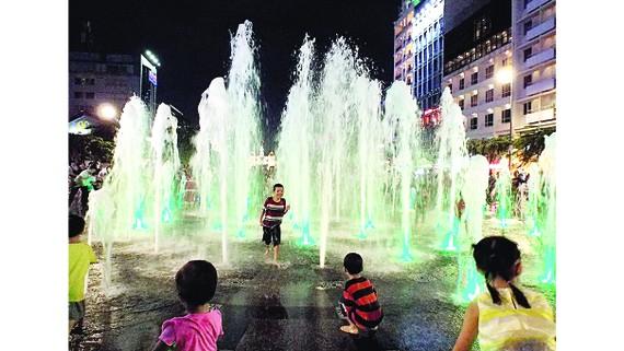 Trẻ con nghịch nước, thậm chí lao vào tắm như ở công viên nước