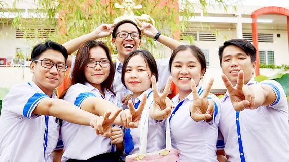 Niềm vui của các học sinh sau khi kết thúc 2 ngày thi THPT quốc gia 2018 tại điểm thi Mạc Đĩnh Chi (quận 6, TPHCM). Ảnh: HOÀNG HÙNG