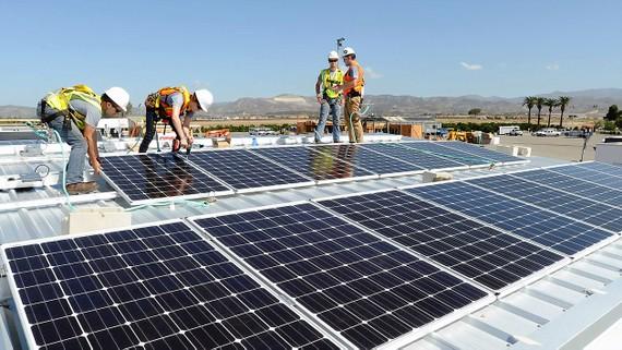 Các nước Âu - Mỹ vẫn khuyến khích sử dụng năng lượng mặt trời  dù mức đầu tư chậm lại. Ảnh: AP