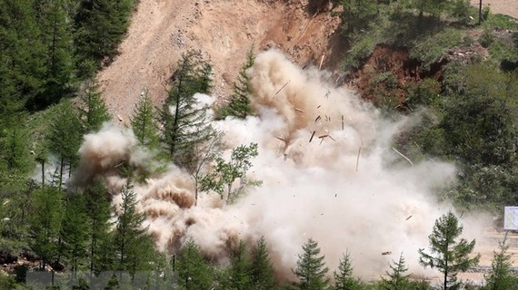 Triều Tiên cho nổ đường hầm số 2 tại bãi thử hạt nhân Punggye-ri, tỉnh Bắc Hamgyong ngày 24-5. Nguồn: Yonhap/TTXVN