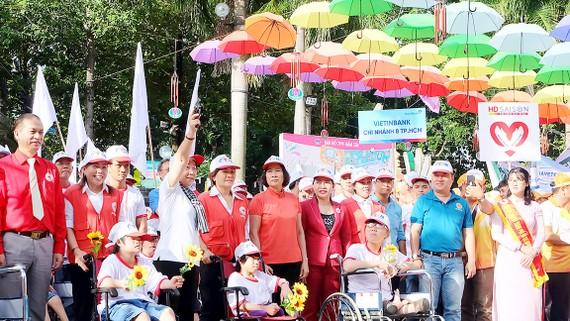 Phó Bí thư Thành ủy TPHCM Võ Thị Dung phát hiệu lệnh xuất phát