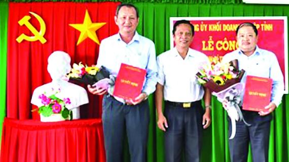 Đồng chí Lưu Hoàng Tân - Bí thư Đảng ủy công ty (bên trái), đồng chí Ngô Thanh Trí - Phó Bí thư Đảng ủy công ty (bên phải)